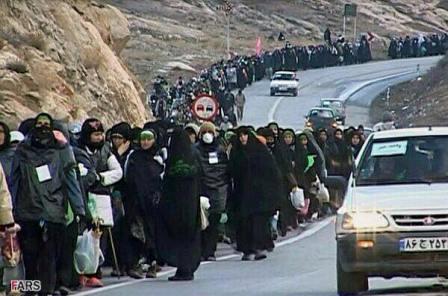 بالصورة: الايرانيون بالالاف يتوجهون صوب كربلاء سيرا على الاقدام