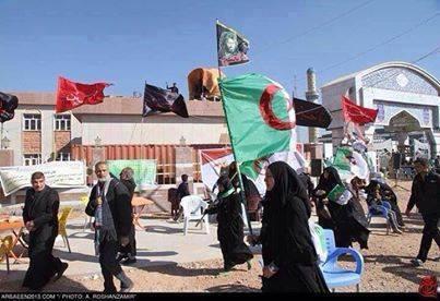 بالصور: زوار ال الحسین یرفعون اعلام هم اثناء مسیرهم الى کربلاء یارة الاربعین