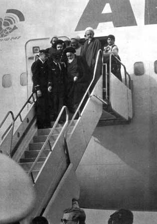 ورود حضرت امام خمینی به فرودگاه مهرآباد
