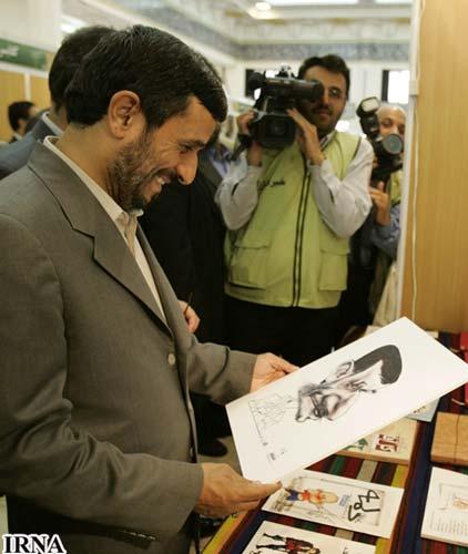 احمدی نژاد در حال دیدن کاریکاتور خود