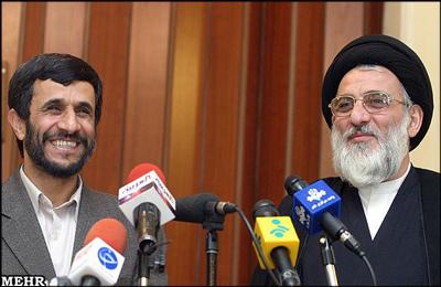 احمدینژاد همچنین رئیس دستگاه قضایی را مورد انتقاد قرار داد و نوشت: متأسفانه آنان که مسئول رسیدگی و اجرای عدالت اند نیز اصل وجود مفسدین اقتصادی را منکر میشوند