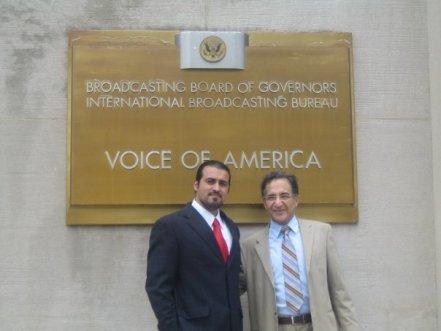 جمشید چالنگی پیرمرد صدای آمریکا در کنار جوان احمد باطلبی