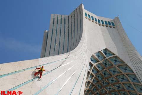 تصاویر: برج آزادی رو سفید شد
