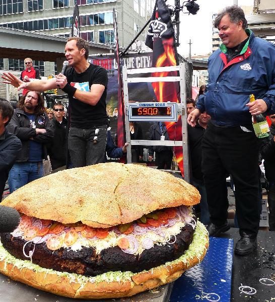 پخت بزرگترین همبرگر جهان در تورنتو + عکس