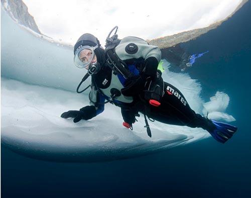 تصاویر شگفت انگیز از شنا زیر آب های دریاچه یخی www.TAFRIHI.com