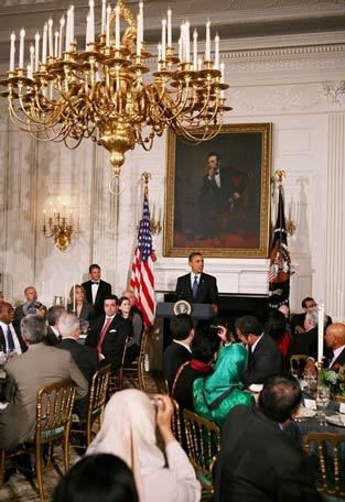 باراک اوباما در حال خوردن زولبیا!!!
