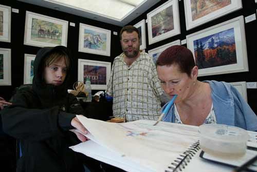 عکس های جذاب دیدنی : نقاشی با دهان از هنرمندان بدون دست