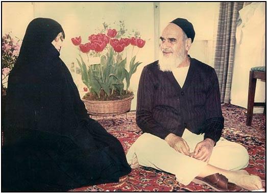 عکس منتشر نشده امام خمینی در کنار همسرش