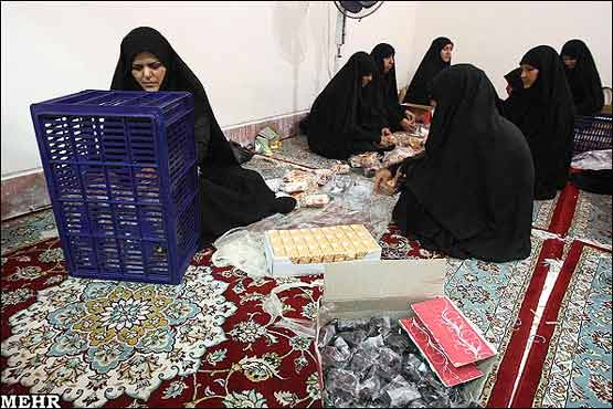 کمک زنان در توزیع افطاری