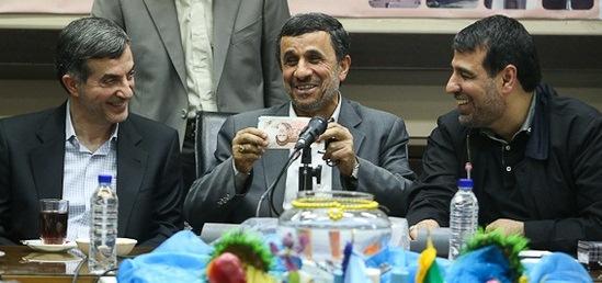تصویر : عیدی مشایی به احمدی نژاد