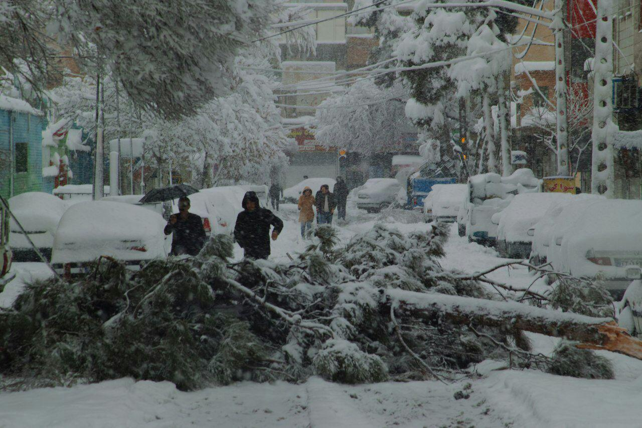 برف و بوران 13 استان کشور را در نوردید/واژگونی اتوبوس ولوو 6 کشته برجای گذاشت/ده ها هزار شهروند در جاده های کشور گرفتار هستند