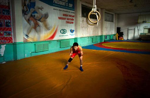 Mandakhnaran Ganzorig کشتی گیر مغولی است که در یک سالن متروکه در اولان باتور به امید المپیک امسال تمرین می کند. المپیک هر چهار سال یکبار مهم ترین هدف ورزشی هر ورزشکاری از سرتاسر دنیاست. Reuters/Kieran Doherty