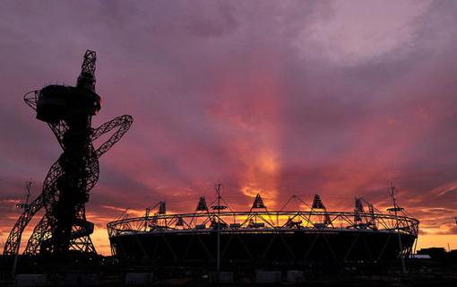 (4 از 4) تکمیل ورزشگاه اصلی المپیک لندن در کنار برج اوربیت که به نماد جدید شهر لندن تبدیل شده است، مارس 2012 Reuters/Toby Melville