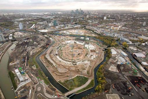 (1 از 4) تصویر تکمیل مرحله به مرحله تکمیل ورزشگاه اصلی المپیک لندن، نوامبر 2008 AP Photo/Anthony Charlton, ODA