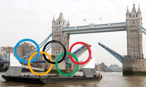حلقه های المپیک به عنوان یکی از نمادهای تازه شهر لندن در که در رودخانه تایمز در گردش است. Reuters/Andrew Winning