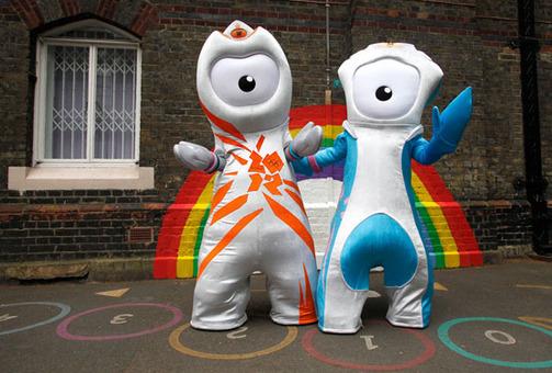 Wenlock عروسک نماد المپیک (سمت چپ) و  Mandeville نماد پارا المپیک (سمت راست)  Reuters/Suzanne Plunkett