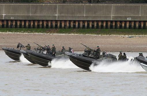 مانور نیروهای نظامی دریایی انگلستان در رودخانه تایمز، تامین امنیت المپیک یکی از بزرگترین دغدغه های برگزار کنندگان ان است. Reuters/Finbarr O