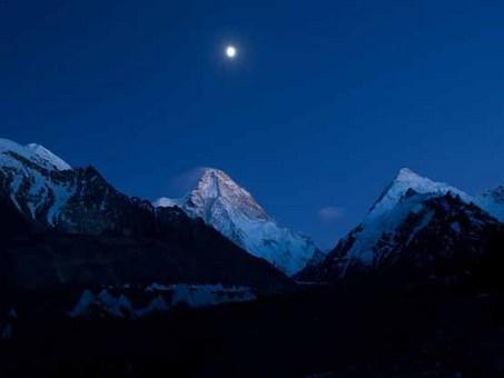ماه کامل بر فراز کوه K 2 Tommy Heinrich