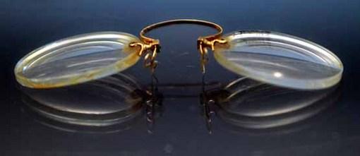 عینکی که از بقایای غرق شده تایتانیک کشف شده است. Bebeto Matthews/Associated Press