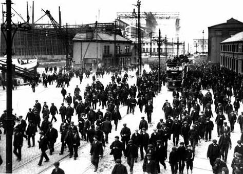 کارگران در حال ترک کارخانه کشتی سازی بلفاست. ساخت تایتانیک در یکی از کارخانجات کشتیسازی شهر بلفاست در ایرلند شمالی در سال ۱۹۰۹ میلادی آغاز شد و در ۱۹۱۲ پایان یافت. Photographic Archive/Harland & Wolff Collection/Cox
