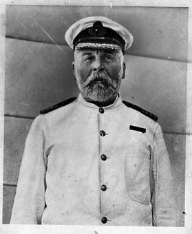 کاپیتان ادوارد جان اسمیت، ناخدای کشتی تایتانیک؛ ولی بنا به رسم دریانوردی، در کابین خود ماند و جان باخت. The New York Times Archives