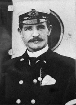 «ناوبان جوزف مک مستر مورداک»، افسر یکم؛ فردی اسکاتلندی بود و در شهر خود به عنوان قهرمان شناخته میشد، ولی در نمایش فیلم تایتانیک، وی با شلیک گلوله به شقیقهاش خودکشی کرد.  ناگفته نماند که بعدها شرکت فاکس قرن بیستم و سازندگان تایتانیک به دلیل تحریف شخصیت وی و نمایش چهرهای ترسو از این قهرمان، با اهدای یک چک هشت هزار دلاری به خانوادهاش از وی عذرخواهی کردند. Associated Press