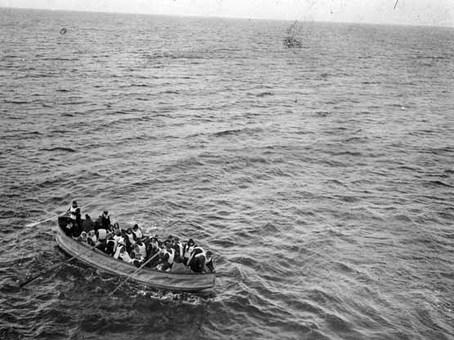 تخلیه برخی از مسافران کشتی و سوار شدنشان بر قایقهای نجات National Maritime Museum/London