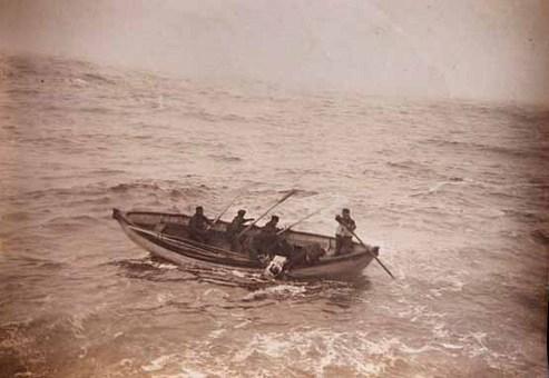 تخلیه برخی از مسافران کشتی و سوار شدن آنان بر قایقهای نجات National Maritime Museum/London