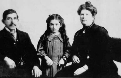«اوا هارت» هفت ساله در کنار پدرش، بنجامین و مادرش استر در یک عکس یادگاری پیش از سوار شدن به تایتانیک؛ پدر اوا در این سفر جان باخت، ولی او و مادرش نجات یافتند. Associated Press