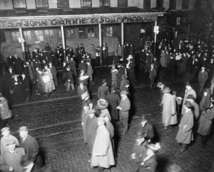 مردم در خیابانهای نیویورک پس از شنیدن خبر غرق شدن تایتانیک The New York Times Photo Archives/Times Wide World