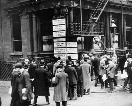 تجمع مردم در جلوی بولتنهای شهری برای گرفتن آگاهی از وضعیت غرق شدههای تایتانیک در نیویورک The New York Times Photo Archives