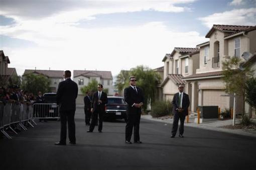 24 اکتبر 2011: عوامل سرویس مخفی محافظت از اوباما در یک محله در لاس وگاس وقتی رئیس جمهور برای دیدار با یک خانواده به این محله آمده بود. REUTERS/Jason Reed