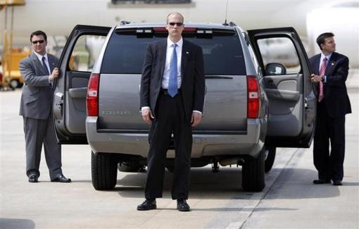 5 می 2008: اعضای تیم محافظت اوباما در زمان نامزدی وی برای ریاست جمهوری در یک تور انتخاباتی در فرودگاه دورهام کارولینای شمالی REUTERS/Jason Reed