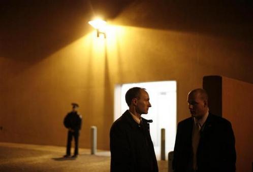 1 فوریه 2008: تیم محافظت از اوباما در زمان کاندیداتوری ریاست جمهوری در یک سالن در نیومکزیکو REUTERS/Jason Reed