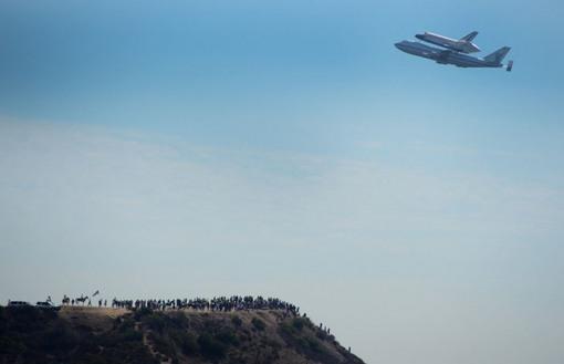 بر فراز رصد خانه پار گریفیث و مردمانی که برای تماشای شاتل جمع شده اند. (Joe Klamar/AFP/Getty Images)