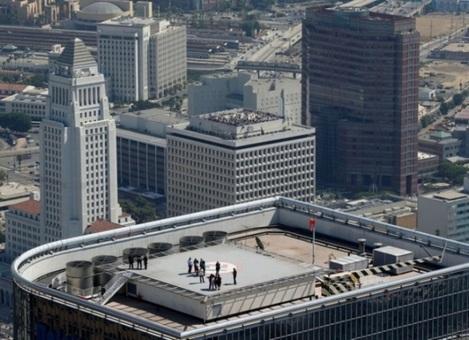 کارمندانی که بروی سقف ساختمان محل کارشان در لس آنجلس آمده اند تا به تماشای اندیور بنشینند. (Reuters/Mike Blake)