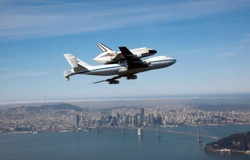 پرواز زوج اندیور و بوئینگ حاملش از فراز پل خلیج که سان فرانسیسکو و اوکلند را به یکدیگر متصل می کند. (AP Photo/NASA, Carla Thomas)