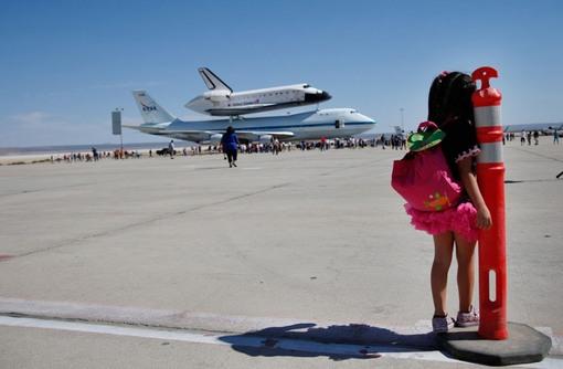 الیزابت پنج ساله در حال تماشای شاتل اندیور است که دقایقی پیش در فرودگاه نیروی هوایی