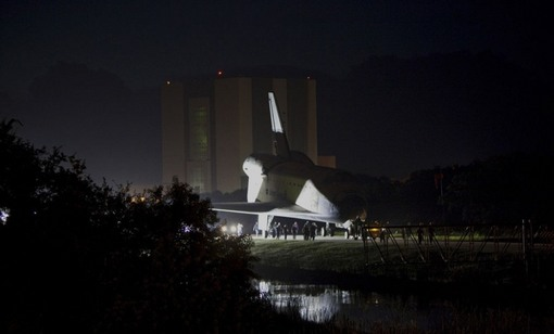 خروج شبانه شاتل از سالن مونتاژ قطعات و حمل به سمت آخرین پرواز. (NASA/Dmitri Gerondidakis)