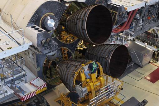 مراحل پیش از بازنشتگی با دقت هر چه تمام تر توسط تکنیسین های مرکز فضایی کندی در حال انجام است. (NASA/David Lee)