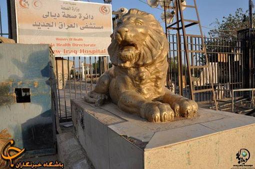مجسمه دو شير در ابتداي پادگان اشرف كه از پاركي در كرمانشاه به سرقت رفته است