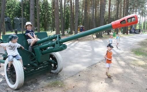 پارک موزه کمونیسم، لیتوانی<br /><br /> پارکی که مجسمه بیش از ده تن از رهبران کمونیست جهان را در خود جای داده و در جای جای آن آثار و بقایای حکومت کمونیست ها دیده می شود و این روزها به محل بازی بچه ها تبدیل شده است.