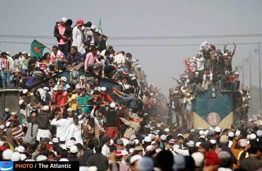 تصویری از وسایل حمل و نقل عمومی در حومه داکا، بنگلادش، تصویر مربوط به لحظه بازگشت مسلمانان بنگلادشی از نماز می باشد.