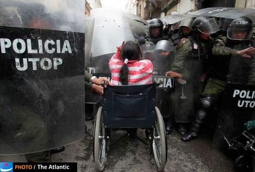 اعتراض های مردمی سال 2011 در سال 2012 هم ادامه داشت، این تصویر مربوط به اعتراض گسترده معلولن کشور بولیوی در لاپلاز است که به قطع کمک های دولتی به معلولان معترض بودند.