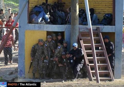 تصویر مربوط به یکی از دردناک ترین اتفاقات سال گذشته است. شورشی که در ماه فوریه در زندانی در هندوراس رخداد منجر به اتش سوزی در زندان شد که به کشته شدن 350 تن انجامید.