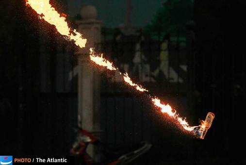 پرتاب یک کوکتل مونوتوف در جریان اعتراضات ماه مارس مردم اندونزی به افزایش بهای سوخت در این کشور