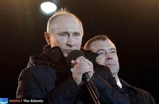 اشک های پوتین در شب پیروزی در میدان مانژ مسکو، مدودف هم که چند سال صندلی ریاست جمهوری را برای پوتین نگه داشته بود در تصویر دیده می شود.