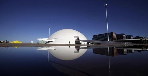 نمایی از ساختمان کنگره ملی برزیل، یکی از کارهای معروف نیمایر.