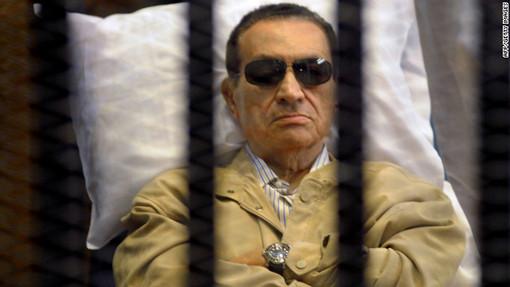 سرانجام پس از یک سال از پیروزی انقلاب مصر و در حالی که مردم این کشور برای محاکمه دیکتاتورهای این کشور، لحظه شماری میکردند، رأی نهایی دادگاه عالی مصر درباره حسنی مبارک اعلام شد تا مبارک و حبیب العادلی، وزیر کشور سابق مصر به حبس ابد محکوم شوند. این حکم خشم مردم مصر را برانگیخت و آنان بارها در خیابانهای قاهره راهپیمایی کردند. در طول سال هم البته چندین و چند بار خبر وخامت حال مبارک و مرگ او مخابره شد که البته هیچ کدام تأیید نشد. مبارک در طول دادگاه خود، روی تخت بیمارستانی در دادگاه حاضر شد.