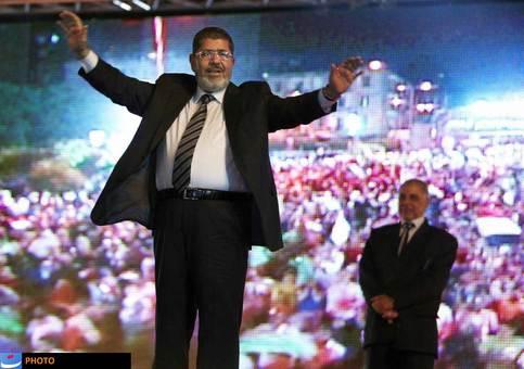 پس از کشوقوسهای فراوان در مصر بر سر به دست گرفتن قدرت، مردم به محمد مرسی، نامزد اسلامگرای مصر رأی دادند و به این ترتیب، نخستین رئیسجمهور قانونی مصر برگزیده شد. این در حالی است که پیش از این و در فرایند انتخابات، به دلیل رد صلاحیت نامزد اخوان المسلمین، مصر صحنه درگیریهای فراوانی بود، ولی با معرفی مرسی به عنوان نامزد اسلامگرای مصر، او توانست در رقابتی انتخاباتی ـ که در هفدهم ژوئن برگزار شد ـ بر ژنرال احمد شفیق پیروز شود. مرسی در مدت زمامداری خود و در جریان اجلاس عدم تعهد، یک بار به تهران سفر کرد که نخستین سفر یک مقام عالی رتبه مصری به ایران پس از قطع ارتباط دو کشور به شمار میآید. با حضور مرسی در قدرت اما مصر همچنان روی آرامش را ندید و در ماههای پایانی سال ۲۰۱۲ در جریان تصویب قانون اساسی این کشور درگیریهای فراوانی در قاهره رخ داد.